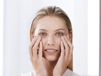 How to apply an eye contour care